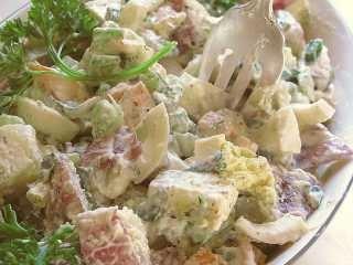 Francuski krompir sa kuvanim jajima i kobasicom