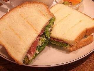 Tost sendviči sa šunkom, zelenom salatom i feta sirom