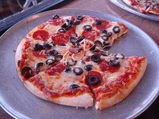 Pica sa paprikama i crnim maslinama