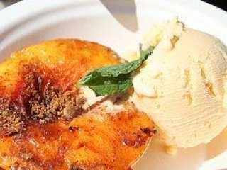 Breskve sa sladoledom od vanile