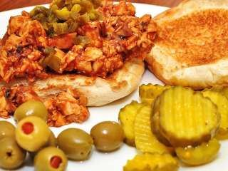 Piletina sa tikvicama, paradajizom i maslinama