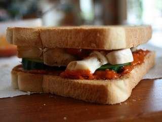 Posan sendvič sa ajvarom i pečurkama