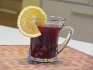 Kuvano crno vino sa sokom od narandže